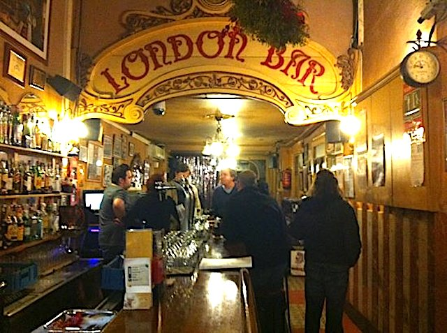 interno tipico pub stile inglese